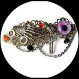 Gothique : barrette accessoire cheveux gothique, squelette main, oeil rouge, croix