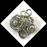 Broche fil aluminium argent et vert, perles .