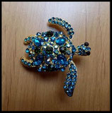 Broche tortue dorée à strass turquoise BRO030.