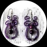 boucles, pendants oreilles  en fil aluminium violet et perles magiques