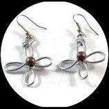 Boucles oreilles fleur fil aluminium argent, perle
