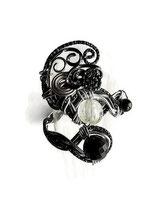 bracelet en fil d'aluminium noir et argent, perles de verre, bijou artisanal