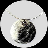 collier pendentif rond émail noir, blanc, argent, perle zébrée bijou artisanal