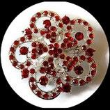 Broche ronde fleur argentée à strass rouges BRO046.