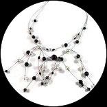 Collier perles ras du cou noir et blanc sur fil câblé.