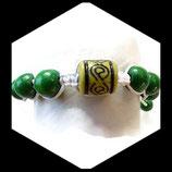 Bracelet façon shamballa vert et blanc.