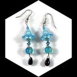 Boucles oreilles tulipe faites main,  perles bleu et turquoise. Bijou modèle unique.