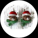 Boucles oreilles enfant ourson de Noël sur dormeuses.