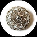 Broche ronde métal argenté à strass blancs BRO047.