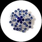 Broche ronde métal argenté à strass bleus BRO104