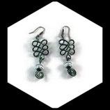 Boucles oreilles fil aluminium vert  perle ciselée