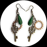 Boucles oreilles steampunk engrenages clé émail vert - bijou artisanal