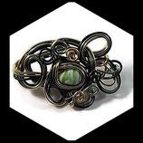 Bijou fait main : broche en fil aluminium vert foncé, vert pomme et doré, perle