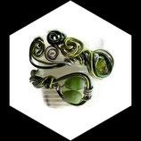 bracelet manchette en fil aluminium nuances de vert, perles vertes fait main