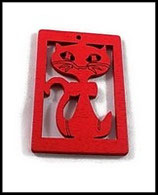Pendentif bois chat rouge 50 X 35 mm