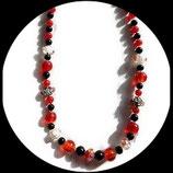 Collier rouge et noir perles de verre ras de cou fait main