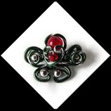 Broche boucles et volutes fil aluminium vert, rouge et argent