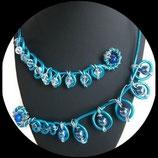Collier ras de cou fil aluminium turquoise et argent, perles  et swarovski