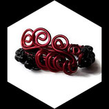 bracelet wrap fil aluminium rouge perles de verre noires fait main