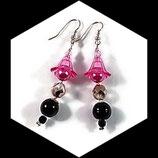 Boucles oreilles  perle tulipe,  perle nacrée et svarowski rose et noir  - Bijou artisanal ou fait main unique.