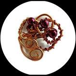 broche fil aluminium rouge et or, perles nacrées rouge, modéle unique