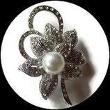 Broche fleur argentée à strass naturels, perle BRO72.
