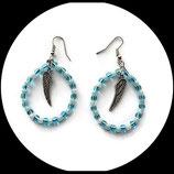créoles perles de rocaille nacrées bleu et à feuille d'argent turquoise et ailes d' ange argenté, bijou artisanal