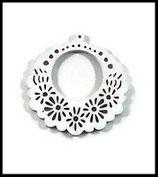 Pendentif en bois filigrané rond fleuri couleur blanc 54 mm