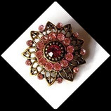 Broche ronde vieil or à strass roses BRO61.