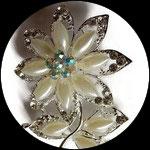 Broche fleur blanche métal argenté, perles et strass BRO064.