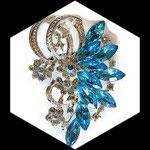 Broche métal argenté, strass bleu turquoise et irisés BRO092