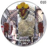 Chrysanthemen-Schmuck in der Marktstraße