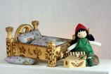 """Puppe """"Kleine Hexe Veilchenwurz"""" mit Bett und Betttruhe"""