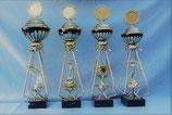 #55012  Käfig Pokale, 4 Größen und 4 Ausführungen:  A: Figur mit Weltkugel,B:  Figur Metall Silberfarben, Figur Damen in C: Gold oder D: Silber