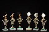 # 16 Ständer Pokale Silberfarben mit Sockel, Grün
