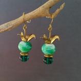 Boucles d'oreilles vertes avec une grue dorée.