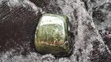 grüner Turmalin / Verdelith  (Trommelstein gebohrt)