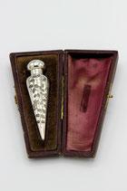 Engels zilveren parfumflesje, floraal bewerkt in origineel foudraal, Birmingham 1884.