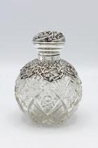 Engels kristallen parfumfles met zilveren dop en ajourbewerkte kraag, groot model, Birmingham 1911.