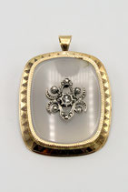 14 Karaat gouden hanger-broche met witte agaat waarop zilveren ornament bezet met roosdiamant.