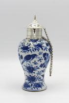 Chinees Kangxi porseleinen blauw-wit theebus met Nederlands zilveren dop en montuur, 19e eeuw.