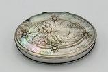 Ovaal zilveren pillendoos-snuifdoos met een parelmoer deksel en bodem met romantisch decor, 18e eeuws.