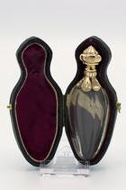 Hollands kristallen parfumflesje met 14 karaat gouden dop en kraag in foedraal, ca.1870.
