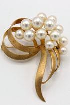 Grote 14 karaat gouden broche, gesatineerd, bezet met 13 parels.