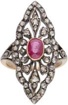 18 Karaat goud met zilveren markiesring, opengewerkt en bezet met roosdiamanten en robijn.