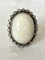 14 karaat gouden ring met grote opaal en entourage van roosdiamanten.