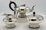 Bonebakker 3-delige zilveren theeservies, bestaande uit theepot, roomkan en theebus, Schöne-Bentveld, Amsterdam 1851.
