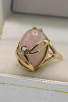 9 Karaat Engels gouden fantasie-ring bezet met cabuchon geslepen rozenkwarts en diamant.