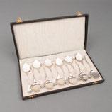 Set van 12 gehamerde zilveren ijslepels in cassette, H.Hooijkaas, Schoonhoven begin 20e eeuw.