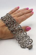 Zilveren bewerkte brede armband, volgezet met markasiet.